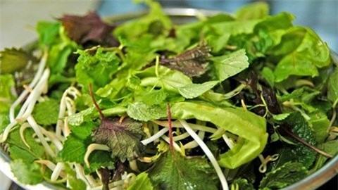 Các chuyên gia khuyến cáo bạn nên hạn chế ăn rau sống để hạn chế guy cơ nhiễm giun, sán