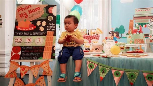 Vợ chồng MC Tuấn Tú hạnh phúc mừng sinh nhật 1 tuổi của con trai đầu lòng - Ảnh 1.