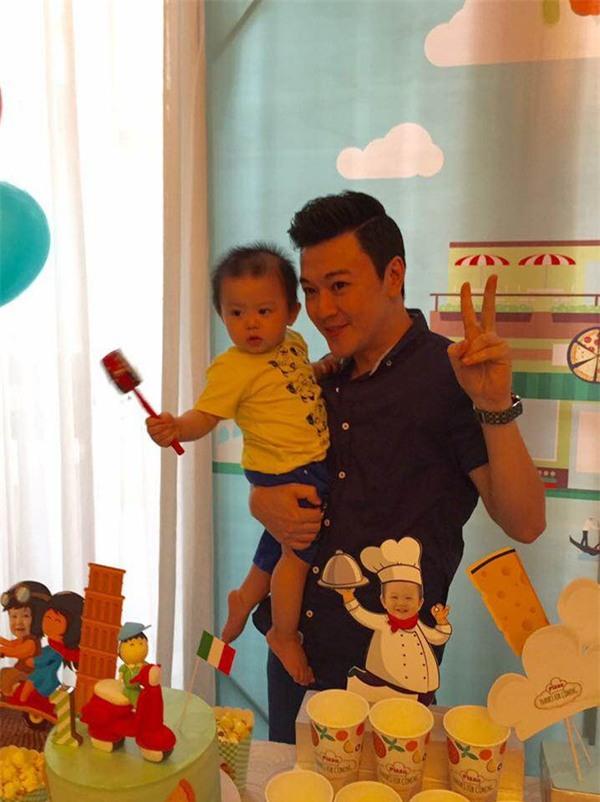 Vợ chồng MC Tuấn Tú hạnh phúc mừng sinh nhật 1 tuổi của con trai đầu lòng - Ảnh 3.