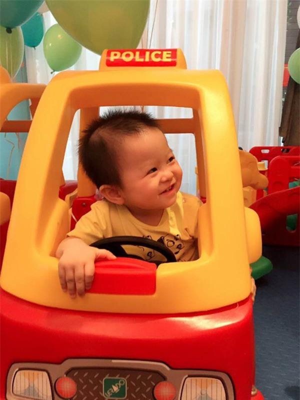 Vợ chồng MC Tuấn Tú hạnh phúc mừng sinh nhật 1 tuổi của con trai đầu lòng - Ảnh 7.