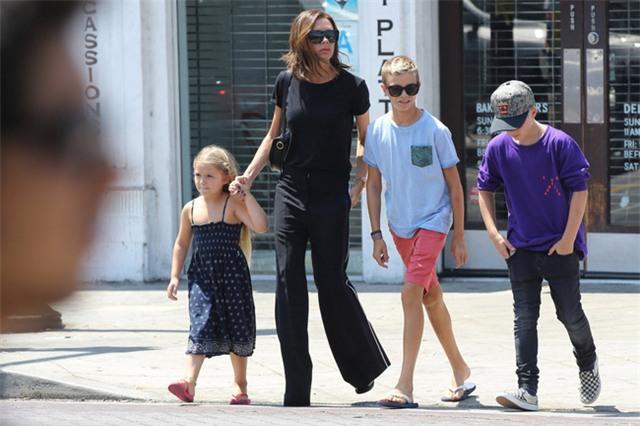 Harper ra dáng thiếu nữ xinh xắn, Cruz ngày càng đẹp trai giống bố Beckham - Ảnh 3.