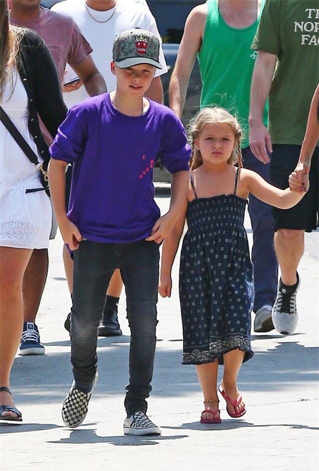 Harper ra dáng thiếu nữ xinh xắn, Cruz ngày càng đẹp trai giống bố Beckham - Ảnh 5.