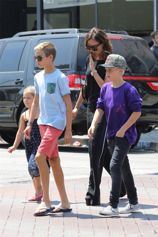 Harper ra dáng thiếu nữ xinh xắn, Cruz ngày càng đẹp trai giống bố Beckham - Ảnh 6.