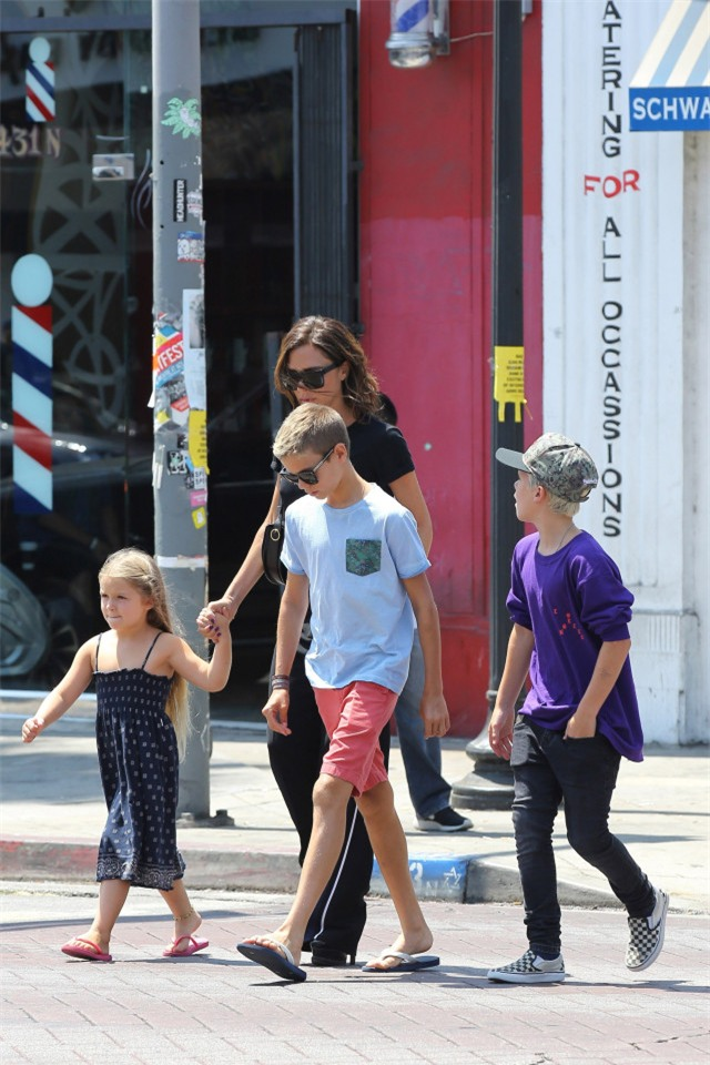 Harper ra dáng thiếu nữ xinh xắn, Cruz ngày càng đẹp trai giống bố Beckham - Ảnh 9.