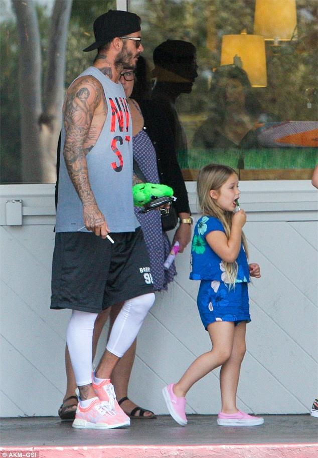 Harper mút kẹo đáng yêu, Cruz xuất hiện điển trai bên bố Beckham và các anh - Ảnh 1.