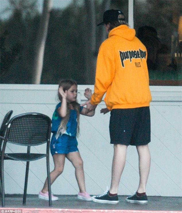 Harper mút kẹo đáng yêu, Cruz xuất hiện điển trai bên bố Beckham và các anh - Ảnh 2.