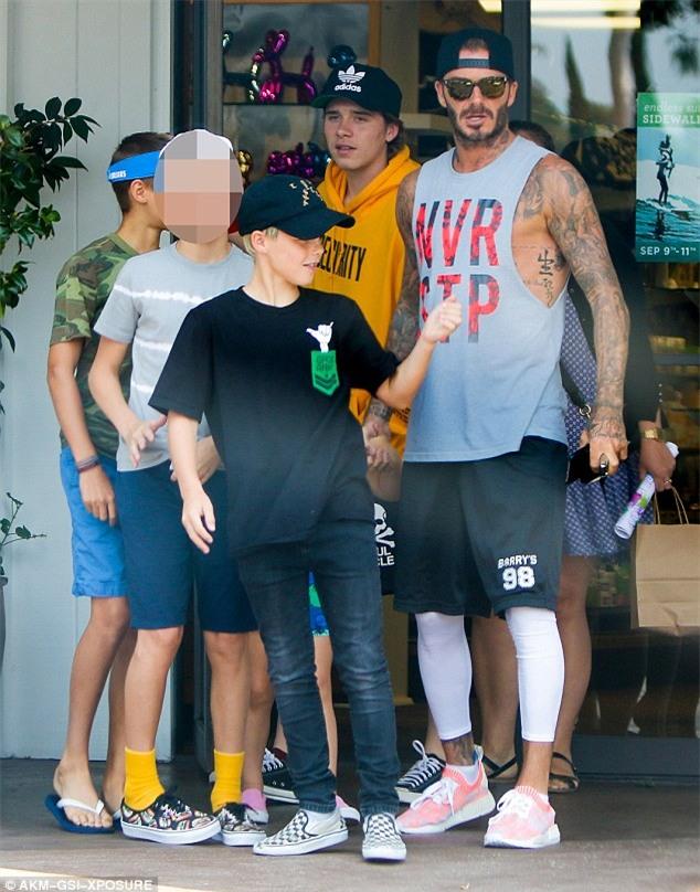 Harper mút kẹo đáng yêu, Cruz xuất hiện điển trai bên bố Beckham và các anh - Ảnh 4.