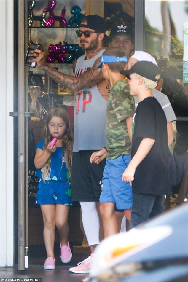 Harper mút kẹo đáng yêu, Cruz xuất hiện điển trai bên bố Beckham và các anh - Ảnh 5.