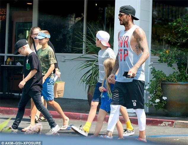 Harper mút kẹo đáng yêu, Cruz xuất hiện điển trai bên bố Beckham và các anh - Ảnh 6.