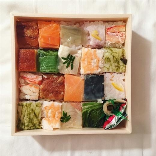 Với nguyên liệu giống với các loại sushi thông thường nhưng cách bày trí sáng tạo đáp ứng đầy đủ các tiêu chí về mùi vị và thẩm mĩ khiến ai cũng mê mẩn.