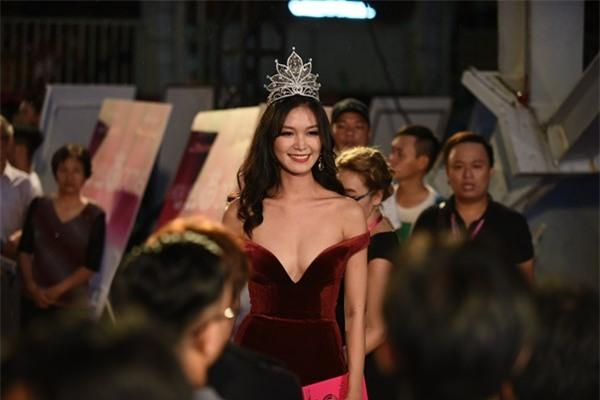 Những hạt sạn làm hỏng đêm chung kết Hoa hậu Việt Nam 2016 - Ảnh 5.