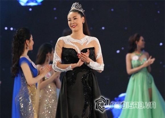 Hà Kiều Anh đội vương miện của Hoa hậu Kỳ Duyên 3