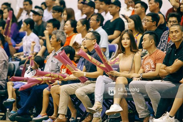 Hoa hậu Thu Thảo và Diễm My 9x cuốn hút trên khán đài trận derby bóng rổ Việt Nam - Ảnh 2.