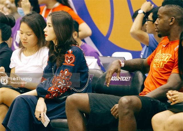 Hoa hậu Thu Thảo và Diễm My 9x cuốn hút trên khán đài trận derby bóng rổ Việt Nam - Ảnh 4.