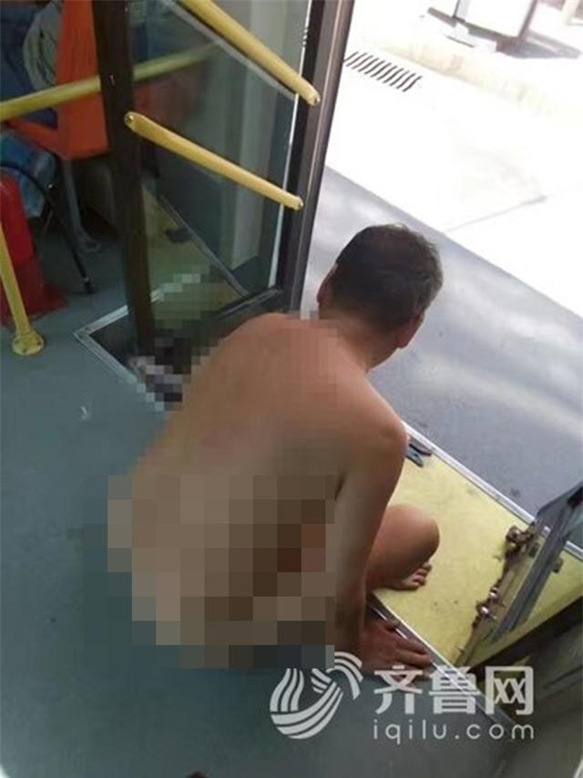 Gã đàn ông biến thái bất ngờ cởi hết quần áo để quấy rối nữ hành khách trên xe buýt - Ảnh 1.