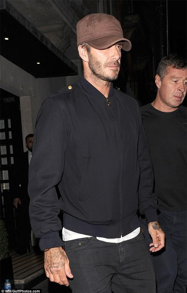 Brooklyn ủ rũ đi chơi cùng bố Beckham sau khi chia tay Chloe Moretz - Ảnh 4.