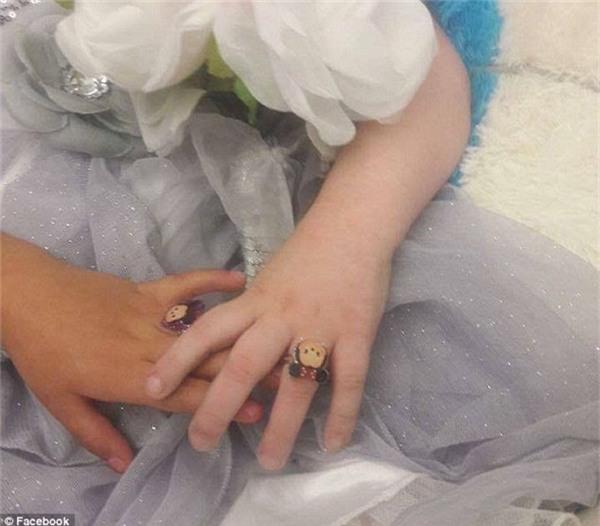 Chiếc nhẫn cưới hình chuột Mickey tượng trưng cho tình cảm trong trẻo của một cô bé bất hạnh, khiến bất kì ai cũng chợt cảm thấy nhói lòng.(Ảnh: DailyMail)