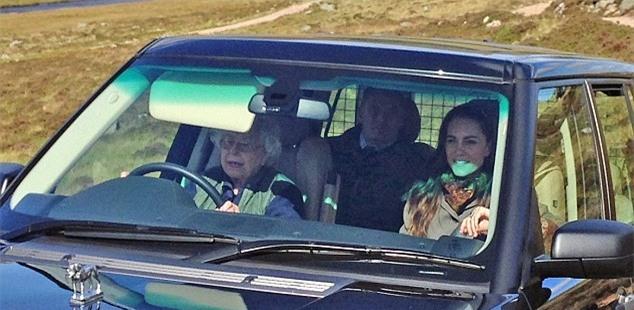 Nữ hoàng Anh tự lái xe đưa cháu dâu đi dạo quanh lâu đài ở Scotland - Ảnh 1.
