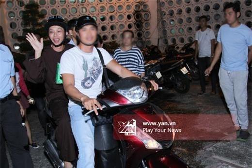 """Ngoài đời thường, Hoài Linh cũng từng chạy show bằng xe máy thay vì di chuyển trên """"xế hộp"""" sang trọng. - Tin sao Viet - Tin tuc sao Viet - Scandal sao Viet - Tin tuc cua Sao - Tin cua Sao"""
