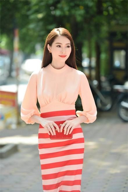 """Thu Thảo có lẽ sẽ """"thoát"""" khỏi danh sách mặc xấu nếu bộ trang phục trên bỏ đi phần thiết kế ngực áo """"khó hiểu"""", khiến vòng 1 của cô trở nênkém duyên dáng. - Tin sao Viet - Tin tuc sao Viet - Scandal sao Viet - Tin tuc cua Sao - Tin cua Sao"""