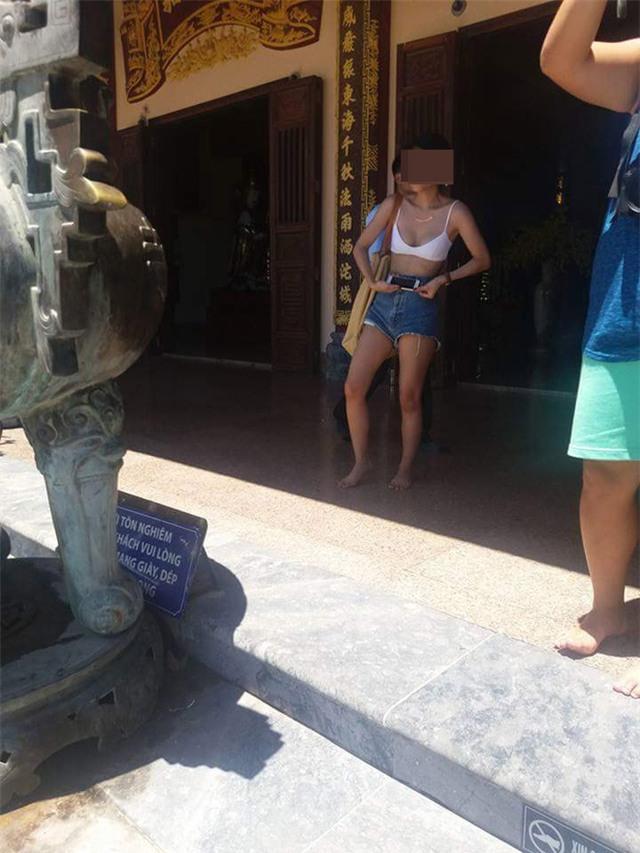 Cô gái mặc phản cảm khi lên chùa Linh Ứng và cái kết đắng! - Ảnh 1.