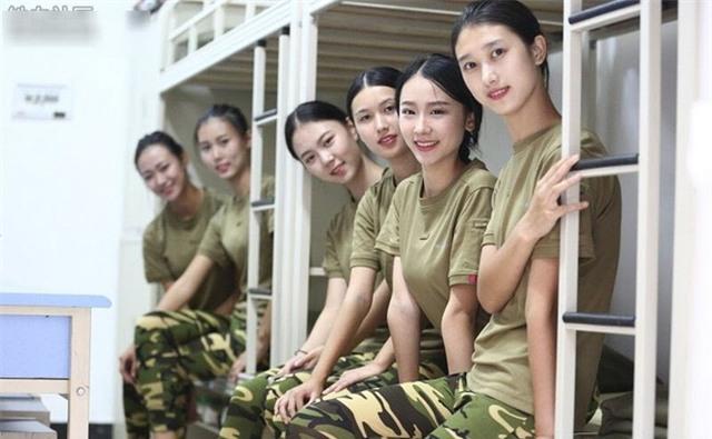Các nữ sinh học quân sự xinh hơn hoa hậu làm cả trường náo loạn - Ảnh 1.