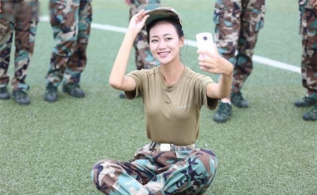 Các nữ sinh học quân sự xinh hơn hoa hậu làm cả trường náo loạn - Ảnh 11.