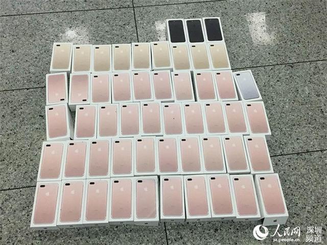 Buôn lậu iPhone bằng cách cuốn hàng chục máy quanh người như... áo giáp - Ảnh 2.