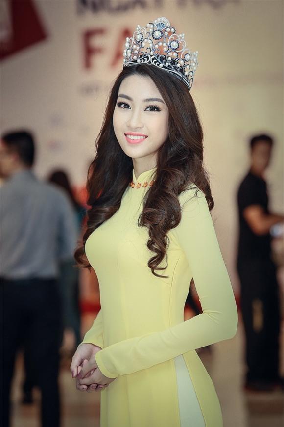 Hoa hậu Mỹ Linh diện áo dài vàng 8