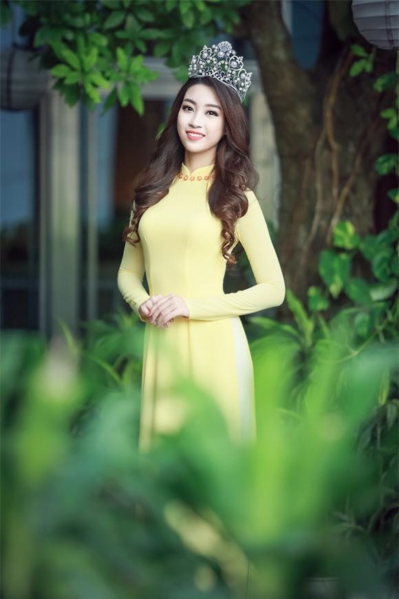 Hoa hậu Mỹ Linh diện áo dài vàng 3