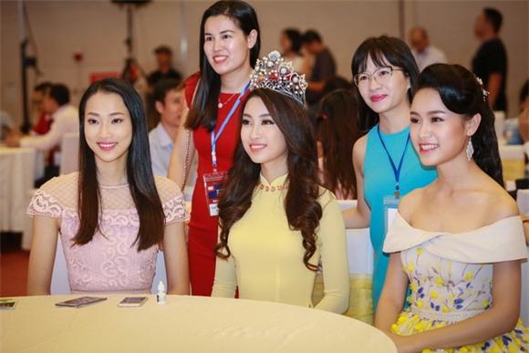 Hoa hậu Mỹ Linh diện áo dài vàng 1