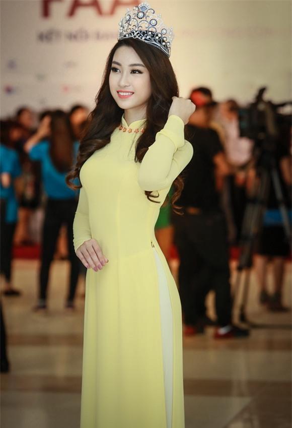 Hoa hậu Mỹ Linh diện áo dài vàng 7