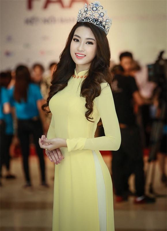 Hoa hậu Mỹ Linh diện áo dài vàng 6