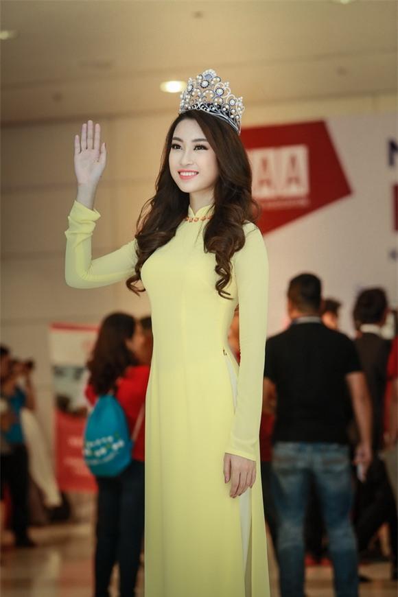 Hoa hậu Mỹ Linh diện áo dài vàng 5