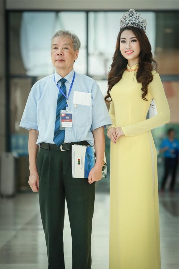 Hoa hậu Mỹ Linh diện áo dài vàng 2