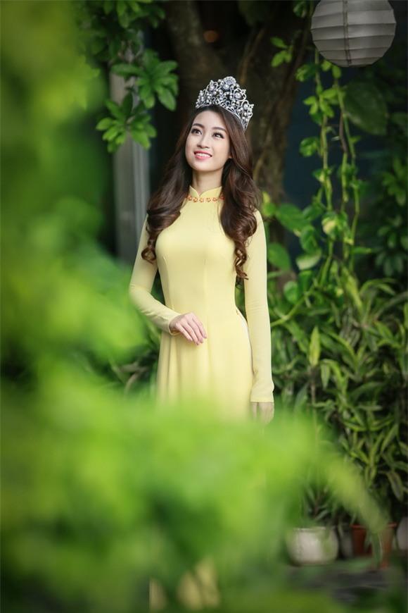 Hoa hậu Mỹ Linh diện áo dài vàng 0