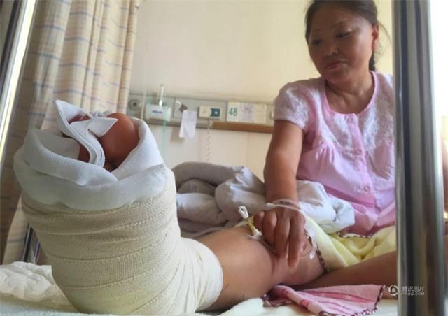 Đang tham quan cầu kính cao nhất thế giới, nữ du khách gặp tai nạn đá rơi liểng xiểng - Ảnh 3.