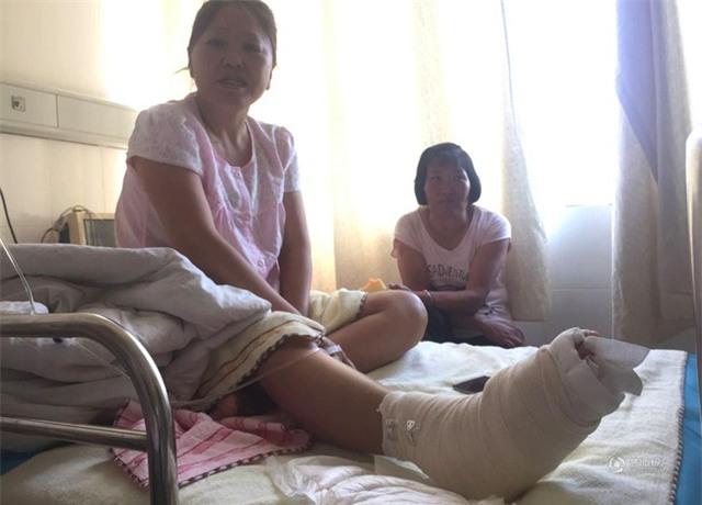 Đang tham quan cầu kính cao nhất thế giới, nữ du khách gặp tai nạn đá rơi liểng xiểng - Ảnh 4.