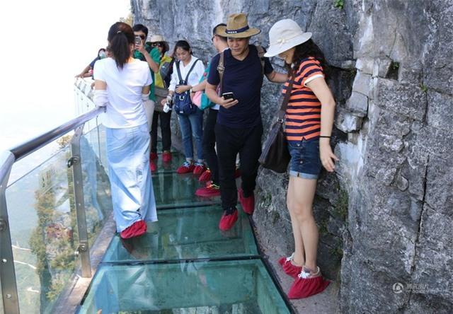 Đang tham quan cầu kính cao nhất thế giới, nữ du khách gặp tai nạn đá rơi liểng xiểng - Ảnh 6.