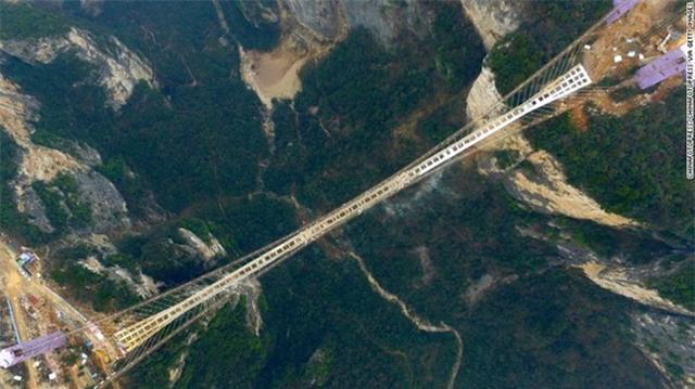 Đang tham quan cầu kính cao nhất thế giới, nữ du khách gặp tai nạn đá rơi liểng xiểng - Ảnh 7.