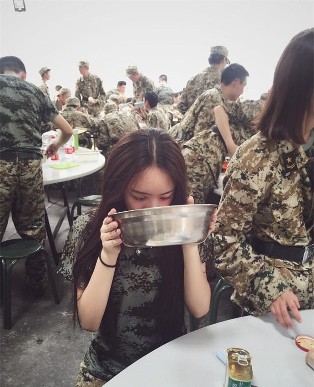 Chùm ảnh: Những nữ thần xinh đẹp bậc nhất trong mùa học quân sự ở Trung Quốc - Ảnh 12.