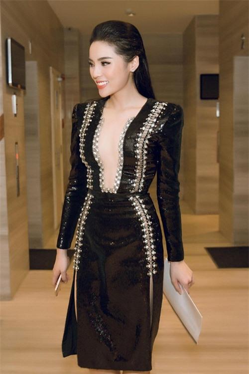 Bộ cánh xẻ sâu gây sự chú ý của Hoa hậu Nguyễn Cao Kỳ Duyên.