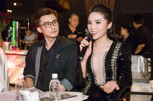 Người đẹp trò chuyện rất gần gũi cùng các thí sinh có mặt tại sự kiện.