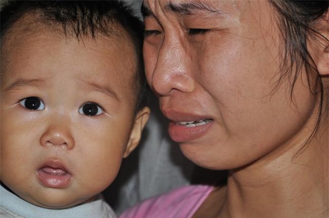 Không có tiền để đến viện chữa nữa, chị Nghĩa sợ chồng sẽ không trụ được trong thời gian tới.