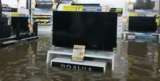 Mưa lớn ở Sài Gòn, nước tràn vào siêu thị điện máy