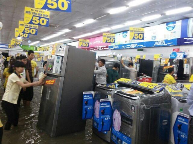 Mưa lớn ở Sài Gòn, nước tràn vào siêu thị điện máy - Ảnh 2.