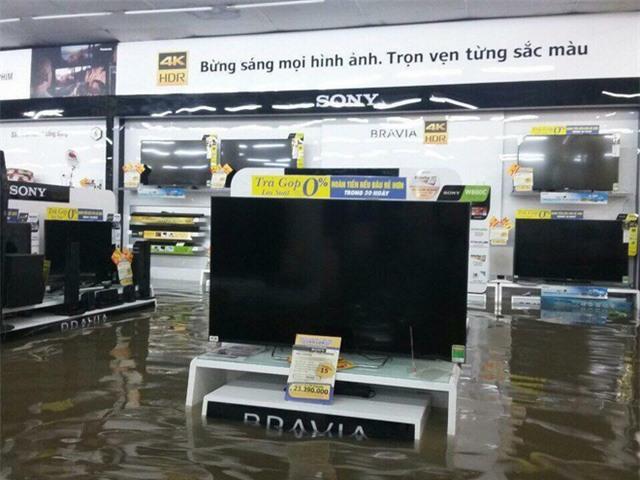 Mưa lớn ở Sài Gòn, nước tràn vào siêu thị điện máy - Ảnh 3.
