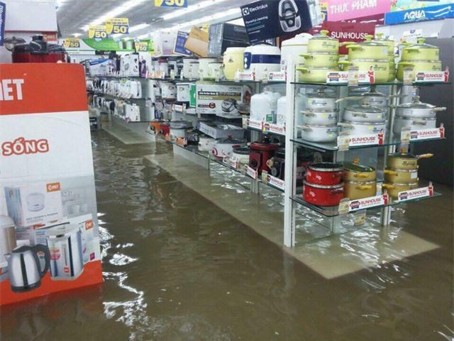 Mưa lớn ở Sài Gòn, nước tràn vào siêu thị điện máy - Ảnh 4.