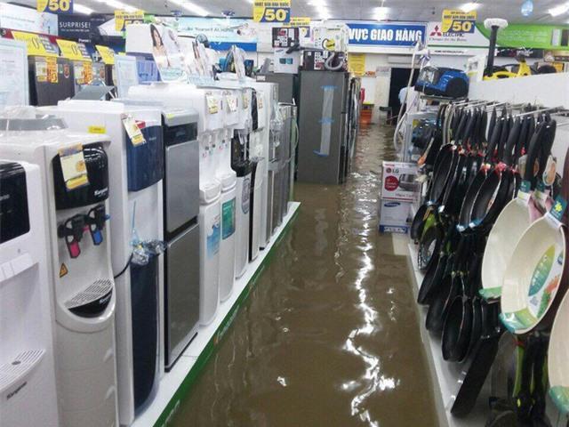 Mưa lớn ở Sài Gòn, nước tràn vào siêu thị điện máy - Ảnh 5.