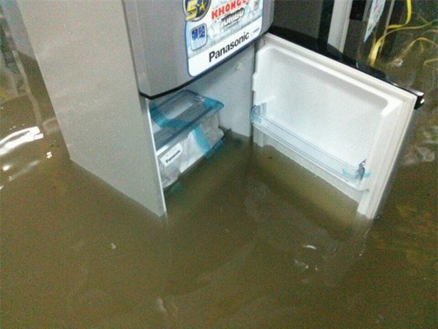 Mưa lớn ở Sài Gòn, nước tràn vào siêu thị điện máy - Ảnh 6.
